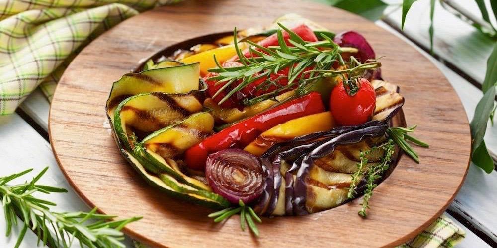 talerz z grillowanymi warzywami
