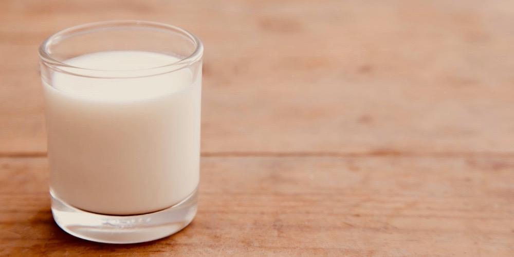 szklanka pełna mleka