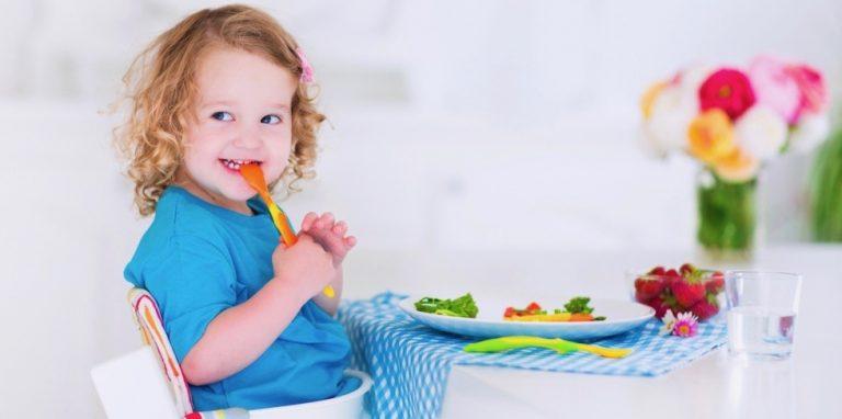 zadowolone dziecko je domowy posiłek