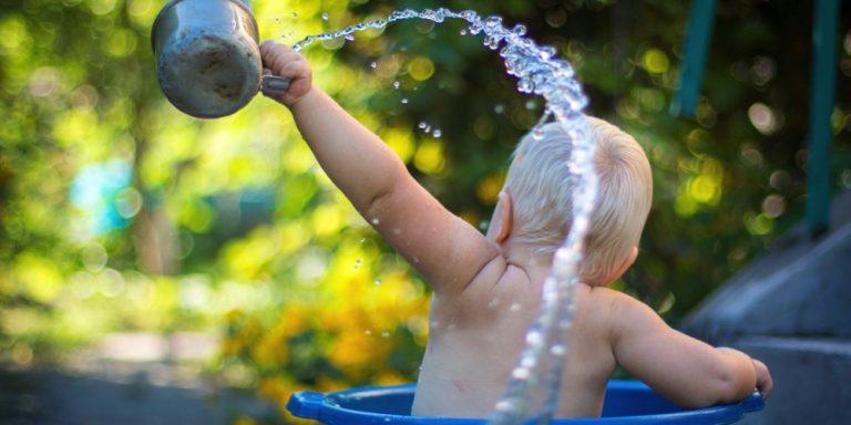 niemowle nie chce pić wody wiec wylewa wszystko z kubeczka