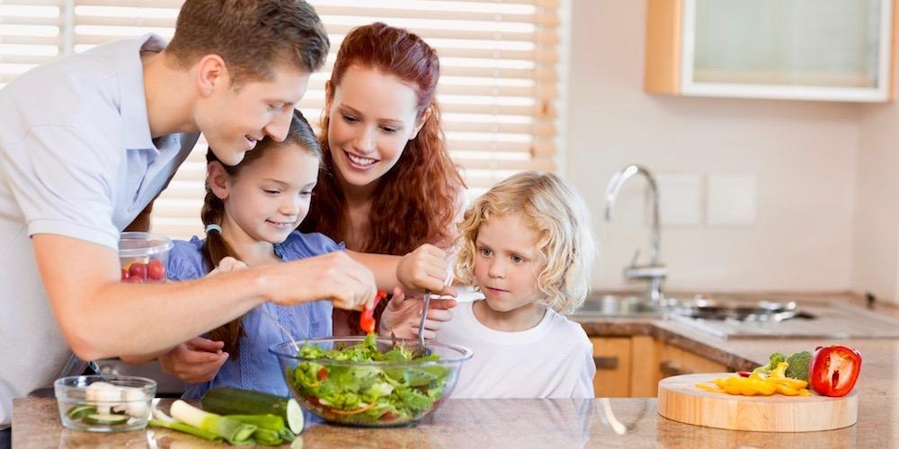 rodzina wspólnie przygotowuje zdrowy posiłek