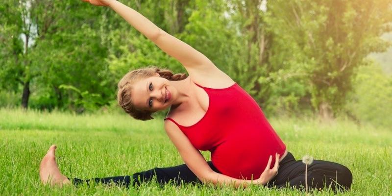 kobieta w ciąży ćwicząca jogę