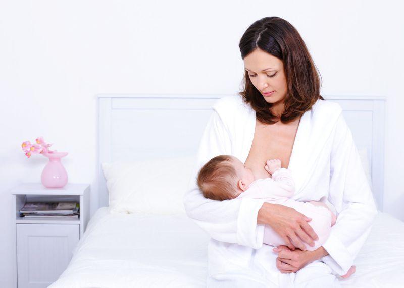 Matka karmiąca dziecko piersią.