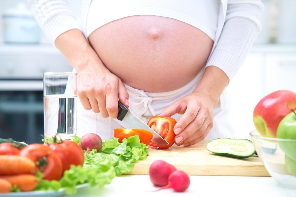kobieta w ciąży dba o dietę