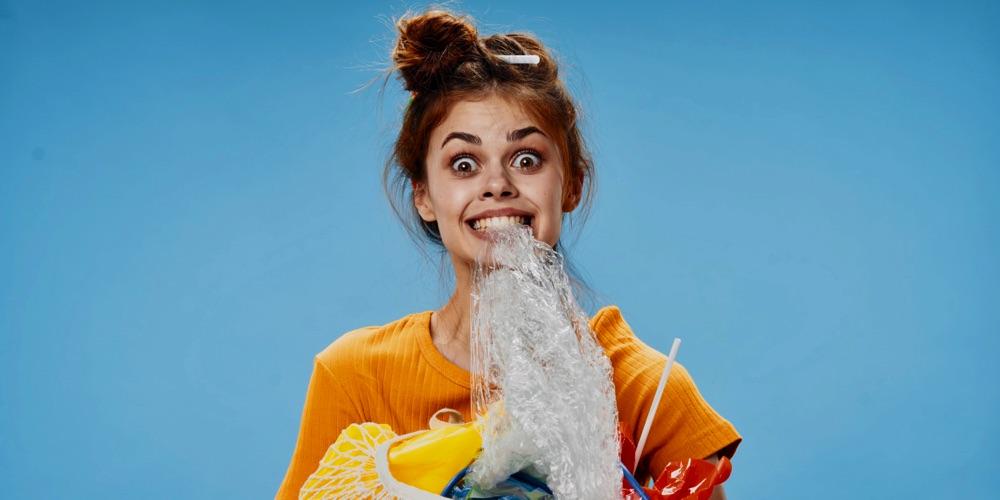 dziewczyna trzymająca zębach plastikową torebkę