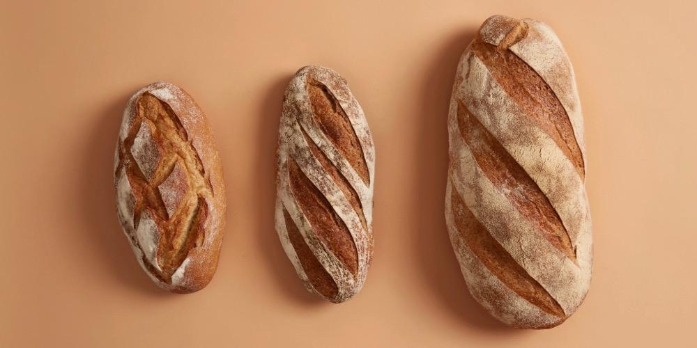 trzy domowe świeżo pieczone smaczne chleby z niskim indeksem glikemicznym